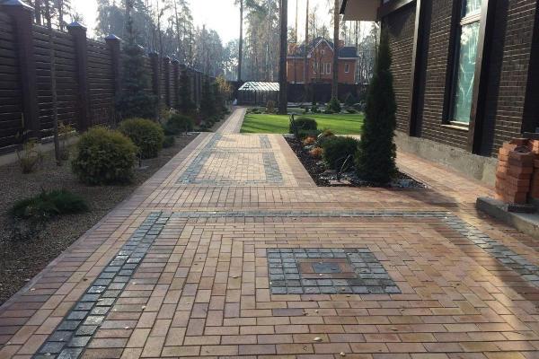 Тротуарная плитка перед домом фото