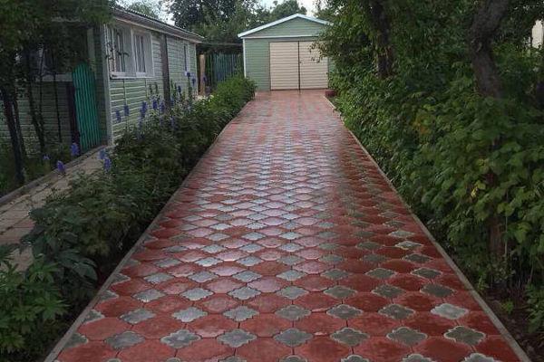 Укладка дорожек из тротуарной плитки на даче
